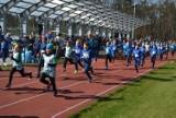 Lubliniecki Niebieski Bieg w Światowy Dzień Świadomości Autyzmu. Starty dzieci i młodzieży na Stadionie Miejskim w Lublińcu ZDJĘCIA