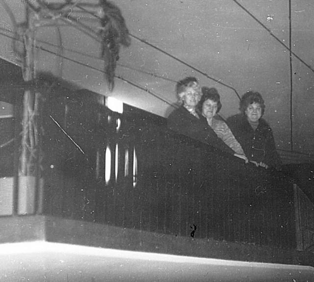 Anna Pawlak na balkonie kina Andromeda obok kasjerki Ireny Wodniok i Praksedy Przygodzkiej, żony kierownika kina