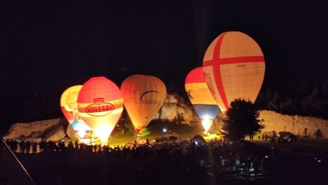 Zamkowa fiesta balonowa odbywała się także po zmroku. Zamek Ogrodzieniec był jeszcze bardziej klimatyczny niż zwykle.