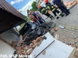 Groźny wypadek w Mokrej III w gminie Miedźno. Samochody staranowały przystanek. Jedna osoba ranna