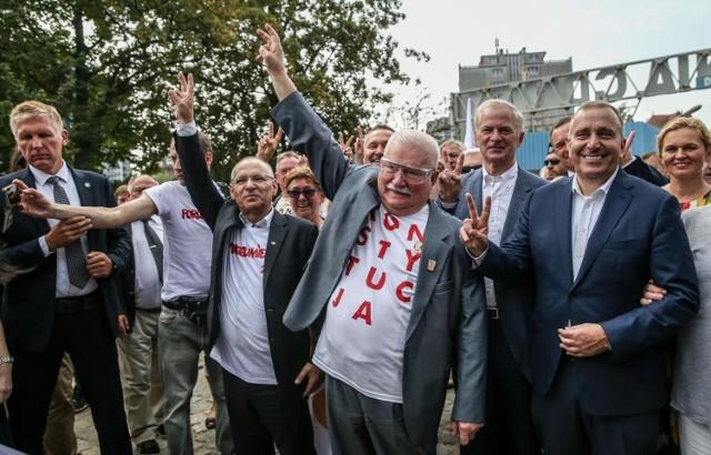 """Lech Wałęsa ma problemy finansowe? """"Nie będę prosił, nie będę żebrał""""  U Wojewódzkiego Lech Wałęsa ubolewał nad swoją sytuacją materialną. Przypomniał, że pieniądze z Nagrody Nobla oddał na stocznie gdańską. Póki był politykiem, nie martwił się o dochody. Teraz sytuacja jego zdaniem jest zupełnie inna.  Jak miałem dobrą pozycję, pieniądze same do mnie przychodziły. Teraz tak się stało, że pozycja moja jest trochę gorsza. Choroba, która nas trafiła, powoduje, że zaczyna brakować. Dlatego muszę coś zrobić. Nie będę prosił, nie będę żebrał, więc muszę w jakiś sposób zarobić. Już na elektryka się mało nadaję, bo 77 lat to już nie ma tej kondycji. Potrzebuję na jakimś poziomie żyć.  Czytaj dalej. Przesuwaj zdjęcia w prawo - naciśnij strzałkę lub przycisk NASTĘPNE  POLECAMY TAKŻE:   Tak mieszka Lech Wałęsa. Zobacz dom byłego prezydenta Polski  Tych Polaków zna cały świat, a Ty? Cudze chwalicie, swego nie znacie..."""