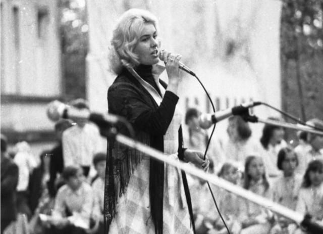 Rok 1983. Halina Nodzak - laureatka Festiwalu Piosenki Żołnierskiej w Kołobrzegu.