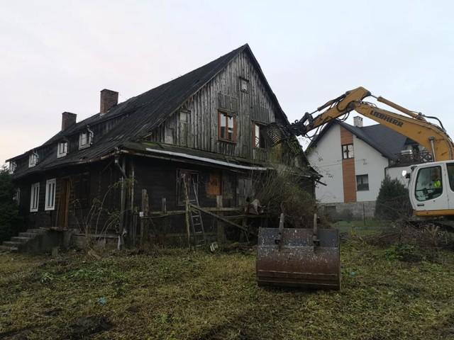 """Słynny """"barak"""" w Świnnej Porębie został wyburzony. Nic z niego nie zostało."""