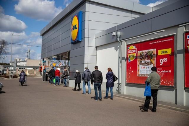 Połowa Polaków chce odłożyć świąteczne zakupy na ostatnią chwilę a 77 proc. planuje je zrobić w sklepach stacjonarnych – głównie dyskontach (93 proc.!: Biedronka, Lidl) przy czym aż 80 proc. będzie czekać na promocje.