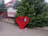 Miastko sercami stoi. Kolejny kosz na nakrętki stanął przy stacji paliw przy ulicy Koszalińskiej