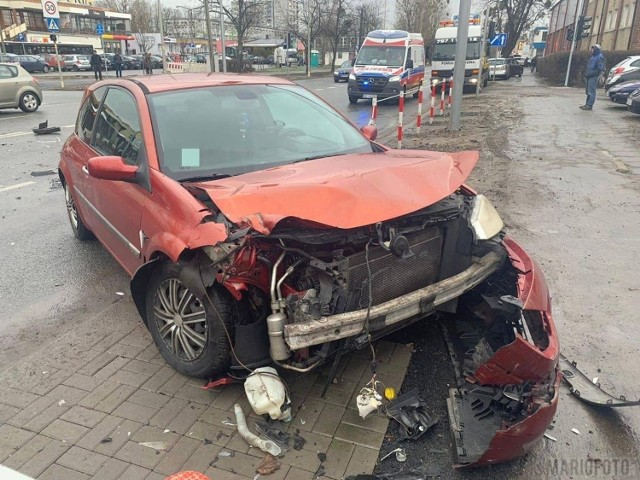 Do zderzenia dwóch samochodów doszło w piątek po godzinie 12.00 na ulicy Niemodlińskiej, przy wyjeździe z pętli autobusowej na osiedlu Dambonia w Opolu.  Jak wynika z ustaleń policjantów, 86-letni kierowca hyundaia wymusił pierwszeństwo na 19-latku w renault.  - Kierowcę hyundaia oraz pasażerkę renault, pogotowie ratunkowe odwiozło do szpitala - mówi starszy sierżant Przemysław Kędzior z biura prasowego Komendy Wojewódzkiej Policji w Opolu.  Od obrażeń poszkodowanych zależeć będzie jak zakończy się sprawa i jak ukarany zostanie sprawca wypadku.