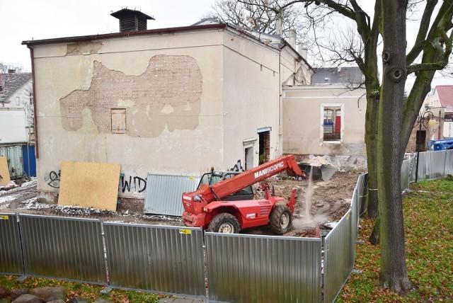 """Modernizacja budynku po byłym kinie """"Tęcza"""" ma się zakończyć w kwietniu 2022 r."""