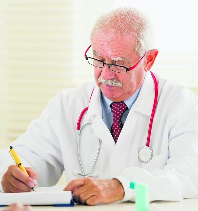 Nasi lekarze coraz częściej toną w papierach i dokumentach.
