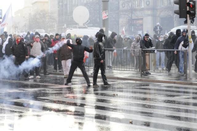 Na placu Konstytucji latały petardy i race. Policja musiała użyć ...