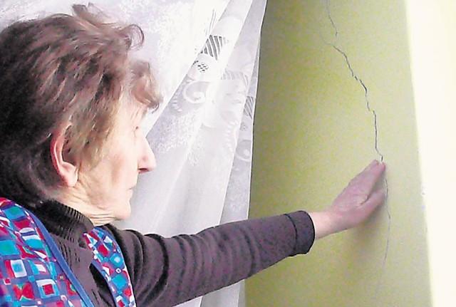 Halina Hałada z Chabielic na ścianie swojego domu odkryła kilka rys. Jak mówi, pęknięcia pojawiły się po piątkowych wstrząsach. Zapowiada, że będzie się ubiegać odszkodowanie z bełchatowskiej kopalni