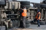 Ciężarówka z drewnem zablokowała drogę w Rozentalu na ponad pięć godzin. Jedna osoba trafiła do szpitala [zdjęcia, wideo]