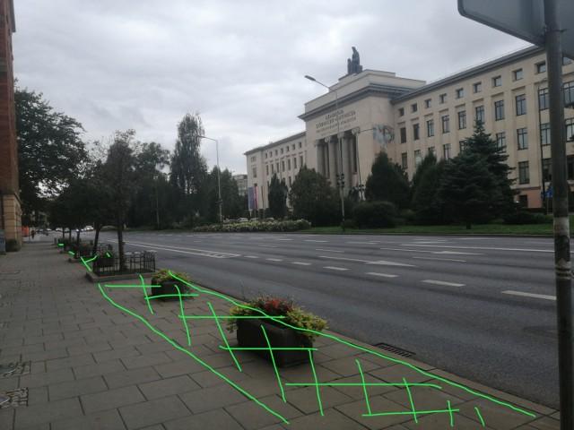 """Pomysłodawczyni projektu """"Kraków zrywa z betonem"""" zrobiła zdjęcia i zaznaczyła miejsca, w których chodniki i asfalt mogłyby zastąpić drzewa oraz krzewy."""