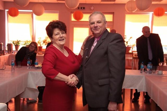 Nauczycielka Mirosława Kupczyńska z komisji konkursowej składa gratulacje Franciszkowi Fące tuż po ogłoszeniu wyniku konkursu, w którym został on wybrany dyrektorem Szkoły Podstawowej w Międzyborzu