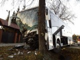 Wypadek w Firleju. Autokar z weselnikami rozbił się na drzewie (zdjęcia)