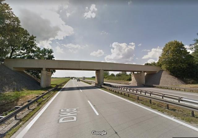 Remont podpór sześciu wiaduktów oraz wyburzenie jednego wiaduktu na autostradzie A4 pomiędzy Wrocławiem a Legnicą. Te prace będą prowadzone przez najbliższych kilka miesięcy.  Drogowcy właściwe roboty rozpoczną w następny poniedziałek - 21 kwietnia, ale teren prac zostaje im przekazany już dziś. Będą mieli tydzień na przygotowania się do głównych robót. Już od dziś możemy się spodziewać niewielkich utrudnień i korków przy momentach wzmożonego ruchu. Na szczęście takich sytuacji na naszej A4 jest ostatnio mniej z powodu pandemii i mniejszej niż zwykle liczby aut.  SPRAWDŹ NA KOLEJNYCH SLAJDACH HARMONOGRAM PRAC, GDZIE I KIEDY MOŻNA SIĘ SPODZIEWAĆ DROGOWCÓW NA A4. PORUSZAJ SIĘ PO GALERII PRZY POMOCY STRZAŁEK I GESTÓW NA TELEFONIE KOMÓRKOWYM.