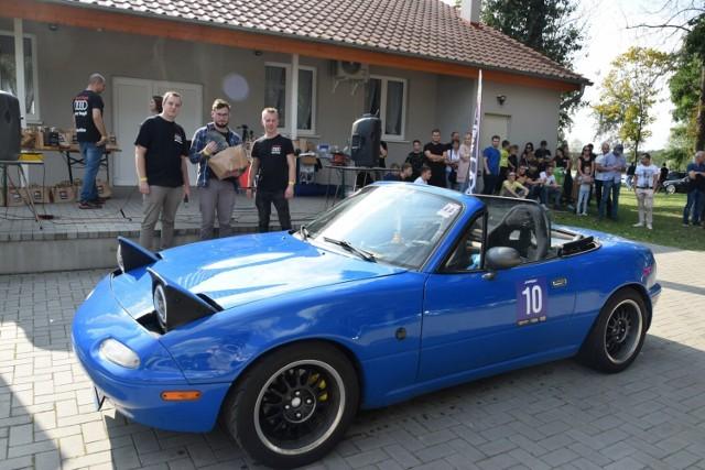 Najniższe autu zlotu. Jego właściciel otrzymał okolicznościową statuetkę oraz nagrodę  Nowy Dwór gmina Zbąszyń: Audi Team Nowy Tomyśl. Charytatywny zlot samochodowy dla Mai - 26.09.2021