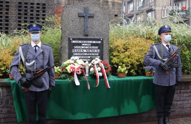 Minęło 29 lat od tragicznej śmierci policjanta na służbie. Złożono kwiaty i zapalono znicze