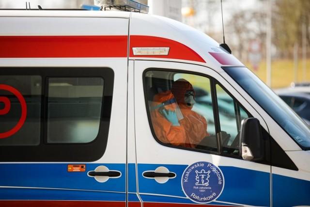 Obecnie w polskich szpitalach hospitalizowanych jest 2 359 osób, czyli o ponad tysiąc mniej niż przed tygodniem.