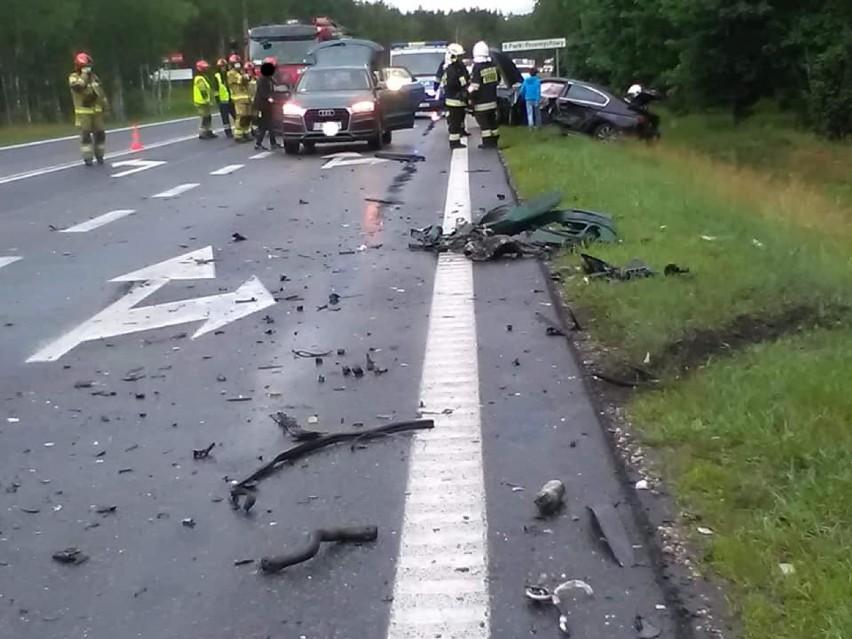 Groźny wypadek na DK 10 pod Bydgoszczą. Zderzyły się trzy auta, dwie osoby trafiły do szpitala [zdjęcia]