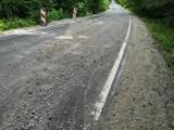 Woda niszczy pobocza nowej drogi do Dąbrówki Królewskiej