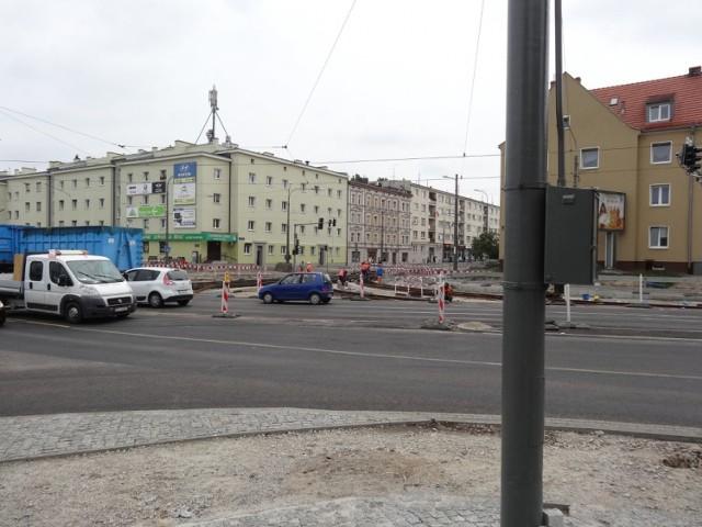 Powodem wstrzymania prac na ulicy Dąbrowskiego przez byłego już generalnego wykonawcę, były rzekome błędy projektowe na niewielkim odcinku jezdni.