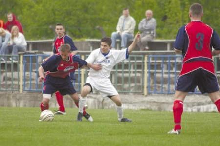 Zawodnicy gospodarzy (białe stroje) walczyli o każdą piłkę, co dało im końcowy sukces.