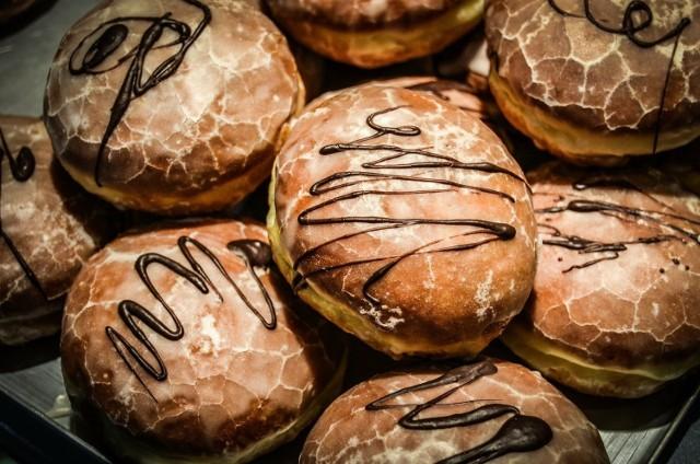 Tłusty czwartek to ulubione święto wszystkich łakomczuchów. Tego dnia możemy bezkarnie zajadać się słodkościami. Na półkach w cukierniach królują pączki, faworki i oponki. Gdzie zjemy najlepsze pączki w Busku i powiecie? Przygotowaliśmy ranking na podstawie Waszych propozycji, analizy specjalistów i ocen ekspertów.   Zobaczcie!  >>> ZOBACZ WIĘCEJ NA KOLEJNYCH ZDJĘCIACH