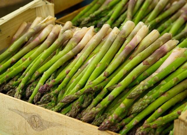 Na Rynku Hurtowym w Broniszach w ofercie polskich producentów pojawiły się pierwsze szparagi zielone i białe. Szparagi sprzedawane są w pęczkach, pakowane po 500 gram. Kilogram kosztuje w hurcie obecnie od 32 do 40 zł. To więcej niż dokładnie rok temu, kiedy płacono 30 zł/kg.   Sprawdzamy pozostałe stawki --->  Notowania 15 kwietnia 2021 na Rynku Hurtowym w Broniszach.
