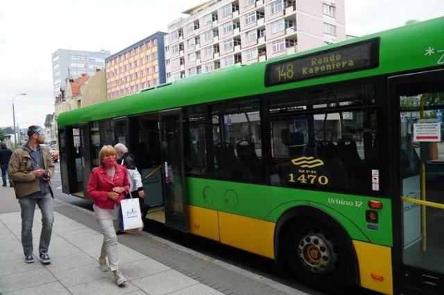 Co można przewozić pojazdami komunikacji miejskiej w Poznaniu? Czy można w nich jeść i pić? Kto może to robić? Jakie zachowania w autobusach i tramwajach są zabronione? Zarząd Transportu Miejskiego zaproponował zmiany przepisów porządkowych obowiązujących w poznańskich autobusach i tramwajach i doprecyzował już obowiązujące. Przejdź dalej i sprawdź --->