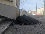 Pikieta związkowców JSW w Mikołowie. Górnicy wysypali węgiel pod biurem europoseł Izabeli Kloc