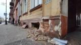 Samochód uderzył w kamienicę przy ul. Wojska Polskiego w Piotrkowie. Pojazd uszkodził przyłącze gazowe