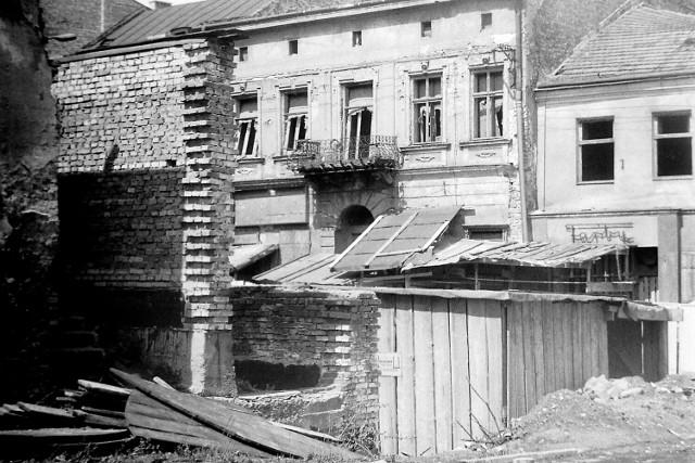 To miejsce w okolicach Rynku śmiało mogłoby stanowić scenerię filmu wojennego.  Data: 2 maja 1981 r.