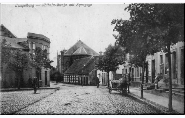 Pocztówka z widokiem na główną ulicę Sępólna Krajeńskiego - Wilhelmstrasse (obecnie ul. Hallera) oraz synagogę.