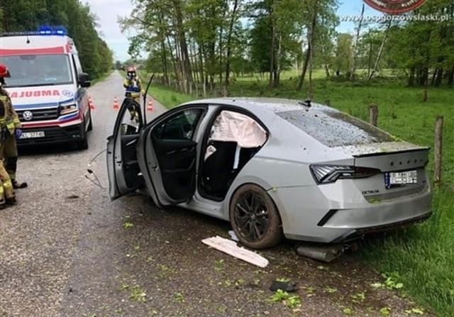 Wypadek skody octavii na drodze Kozłowice - Jamy. Samochód został mocno rozbity.