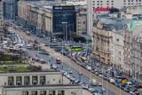 Samochody, Warszawa. Mieszkańcy coraz chętniej zostawiają auta w garażach na rzecz rowerów, skuterów i hulajnóg
