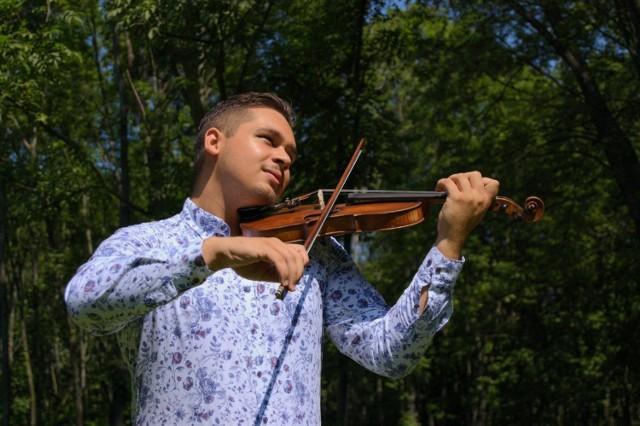 Gracjan Andrasz jest założycielem i liderem zespołu Gypsy Fusion Jazz Band, który łączy romski folklor z jazzem i klasyką