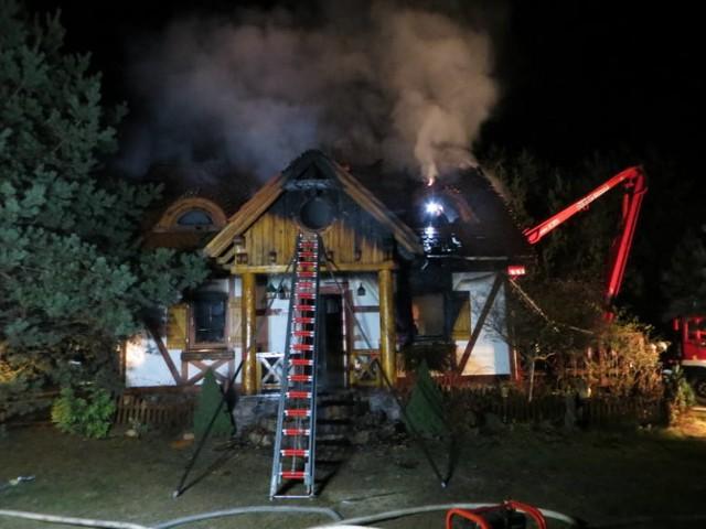 Dwóch mężczyzn z powiatu chełmińskiego w wieku 51 i 56 lat zginęło w pożarze domku letniskowego w Zimnych Zdrojach (powiat starogardzki).   Strażacy wezwani do ugaszenia płonącego budynku, ze względu na wysoką temperaturę, zaczęli gaszenie pod chmurką. Poinformowali o tym, że we wnętrzu są dwaj mężczyźni, dopiero potem weszli do środka. Niestety, gdy strażacy dostali się do wnętrza, dwa mężczyźni już nie żyli.