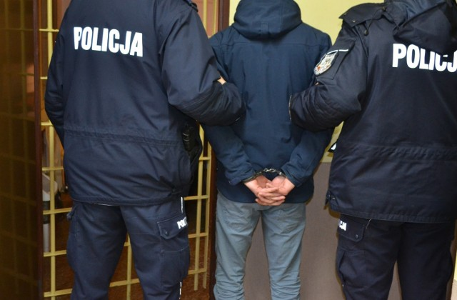 45-latkowi za znęcanie się nad rodziną grozi do 5 lat więzienia.