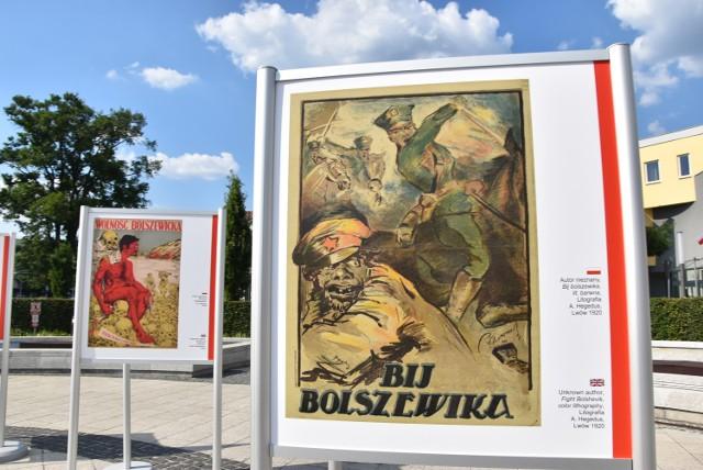 """Plenerowa wystawa """"Plakaty z okresu wojny polsko-bolszewickiej 1919-1920"""" na Placu Konstytucji 3 Maja"""