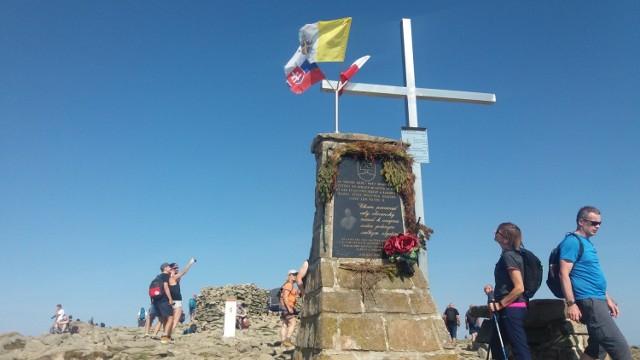 Babia Góra. Słowacki obelisk upamiętniający Jana Pawła II. Stoi tu od 1996 roku, ufundowali go mieszkańcy wsi leżących u stóp Diablaka po słowackiej stronie.
