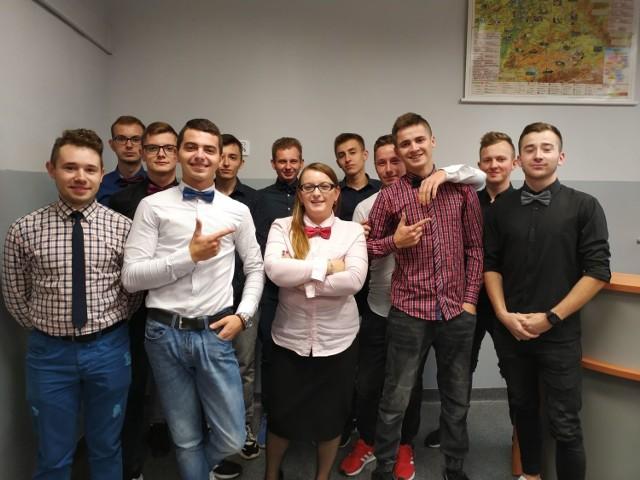"""Dzień Krawata na Dzień Chłopaka w jędrzejowskim """"Grocie""""."""