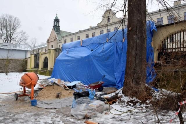 Kolejny miesiąc udało się naprawić dziury w zabytkowym  ogrodzenia parku miejskiego  w Kielcach, które jest uszkodzone od ponad 1,5 roku.