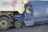 Bus wbił się w naczepę ciągnika siodłowego. Poszkodowanego kierowcę zabrał LPR [ZDJĘCIA]