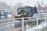 Atak zimy we Wrocławiu. Miasto pod śniegiem, lód na ulicach i chodnikach