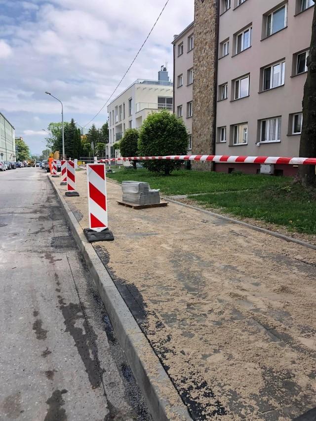 Na ulicy Śniadeckich powstaje nowy chodnik.
