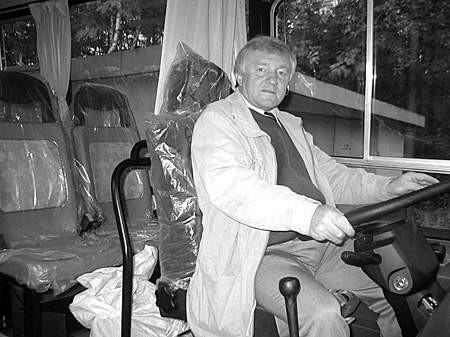Marian Kozieł, wójt Psar za kierownicą nowego gimbusa. Dzieci wozić będzie jednak zwycięzca przetargu. wojciech w. wacławek
