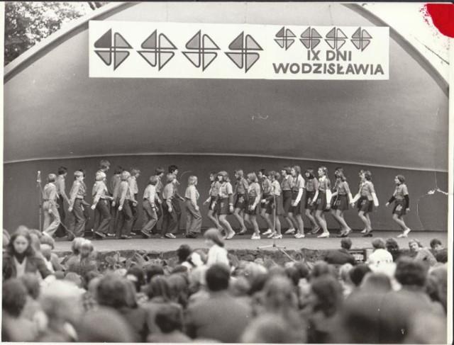 Muszla koncertowa w Wodzisławiu Śl. była przez wiele lat centrum wielu wydarzeń kulturalnych w mieście. Zobaczcie archiwalne zdjęcia. Porównajcie je z aktualnym stanem obiektu, który zostanie zburzony.