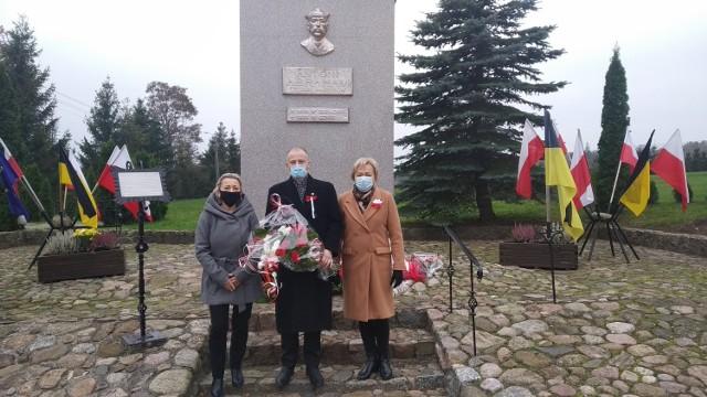 Przedstawiciele Połchowa pod pomnikiem A. Abrahama - Święto Niepodległości w gminie Puck (2020)