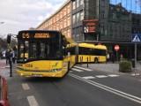W centrum Katowic... zaklinował się autobus. Trzeba demontować słupki [ZDJĘCIA]