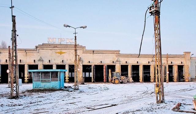 Na terenie zlikwidowanej w styczniu i sprzedanej zajezdni tramwajowej przy ul. Dąbrowskiego pojawił się ciężki sprzęt.